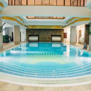 Посещение закрытого бассейна, инфракрасной сауны, русской бани, турецкой бани с римской парной, контрастной японской ванны, тренажерного зала в будние дни.